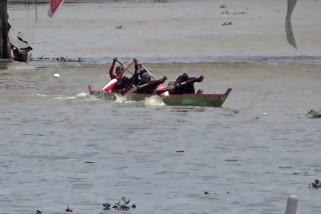 Puluhan jukung adu cepat di Sungai Martapura Banjarmasin
