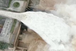 Melihat proses pelepasan debit air di Waduk Xiaolangdi